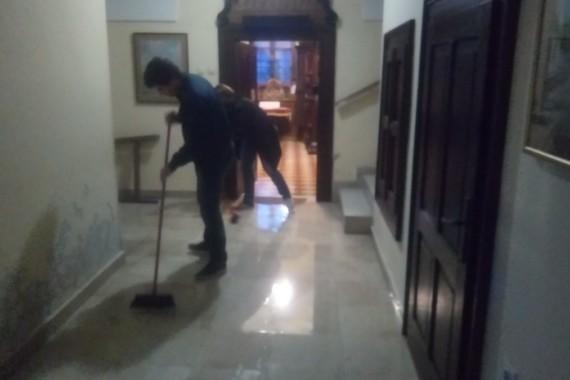 """Poplava u samostanu. Zahvaljujemo zboru """"Svete Cecilije"""" na pomoći kod čišćenja"""